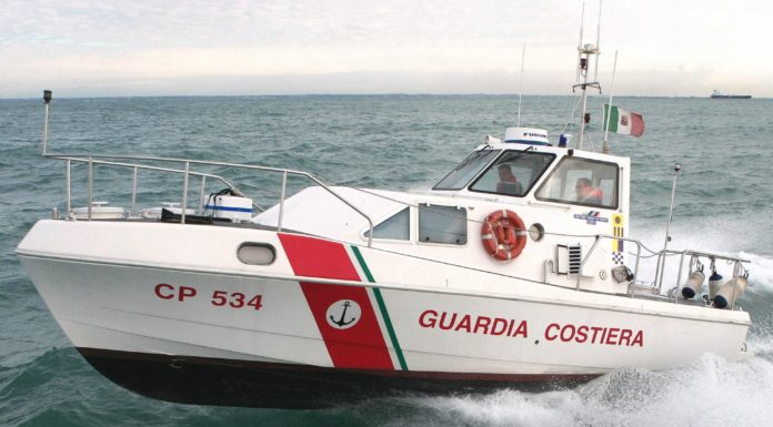 Torre Annunziata, barca si capovolge e affonda: salvi i 4 ragazzi a bordo