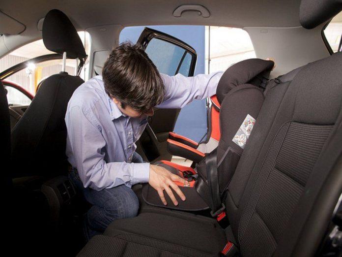 Un cicalino salvavita per bambini dimenticati in auto, ma le aziende non lo producono. Perchè?