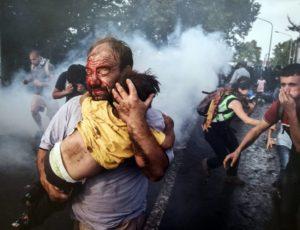 Siria, un padre mette in salvo il figlio
