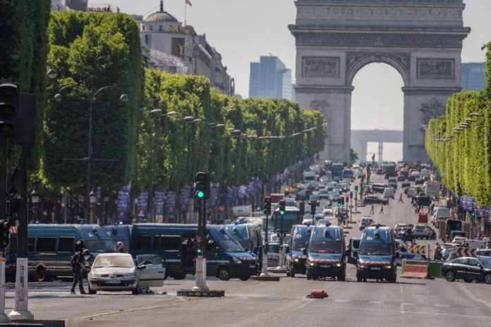 attentato champs elysees