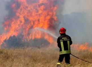 Pozzuoli: I fuochi d'artificio di una festa incendiano un intero costone. Denunciata 48enne