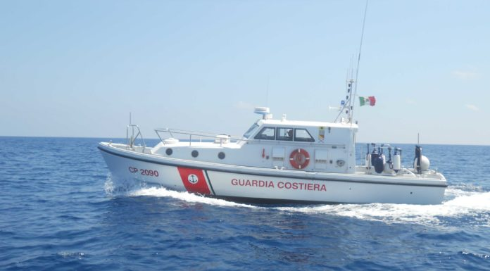 Punta Campanella, barca affonda con 7 persone a bordo: tutti salvi