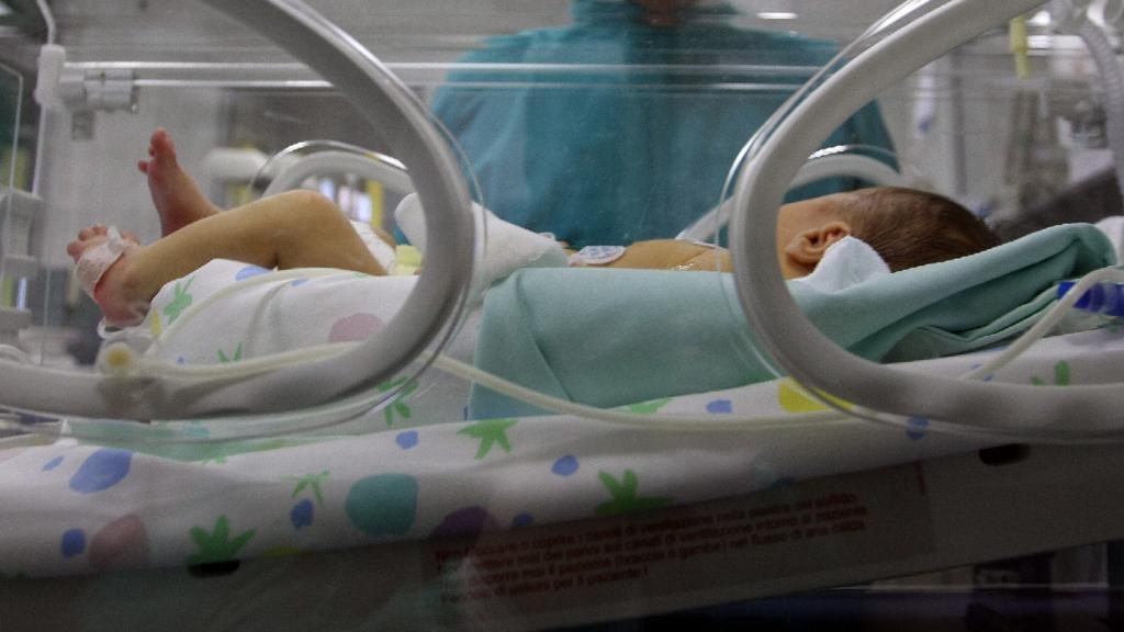 Mistero in ospedale: mamma preleva il neonato e scappa via
