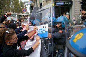 Proteste G7, scontri tra manifestanti e polizia