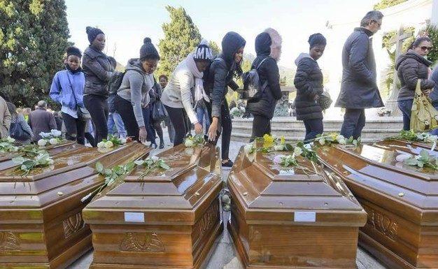 News Salerno. Celebrati funerali delle migranti trovate morte sulla Cantabria