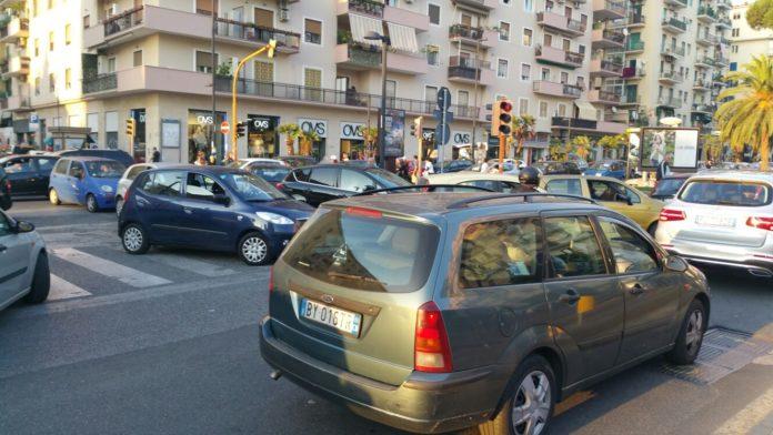 Chiude la Galleria Laziale per caduta calcinacci: caos e traffico deviato