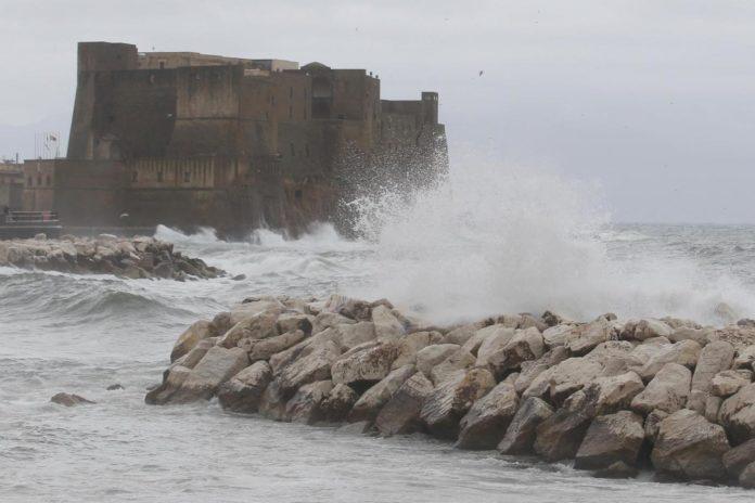 Maltempo su tutta Italia. Prorogata l'allerta meteo. Disagi a Napoli
