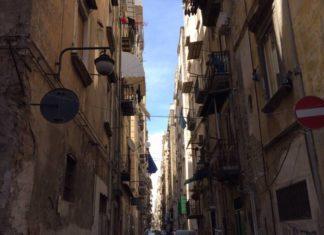 """Coronavirus, le """"stese della solidarietà"""" per le strade di Napoli"""