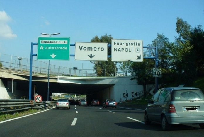 Napoli, grave incidente sulla Tangenziale: moto in fiamme