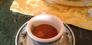Napoli, serve caffè da una finestra. Multati titolare, clienti e locale chiuso 5 giorni