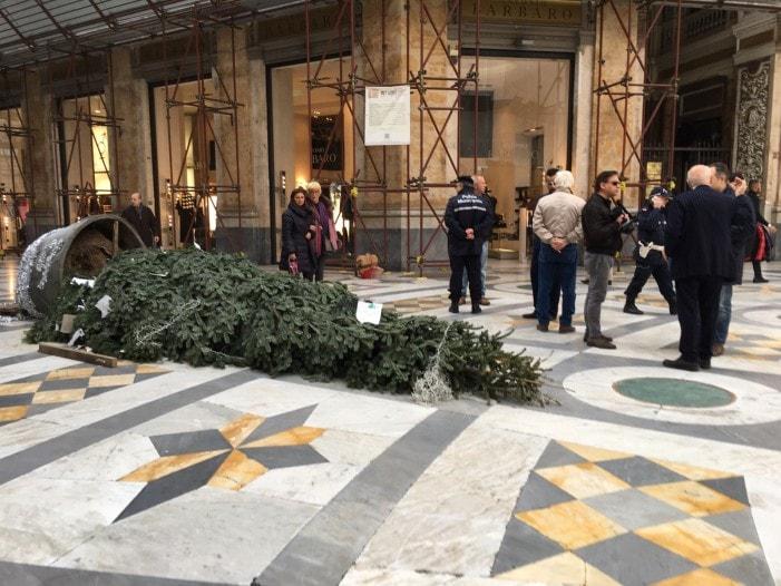 Raid sull'albero di Natale: possibile chiusura notturna della Galleria Umberto