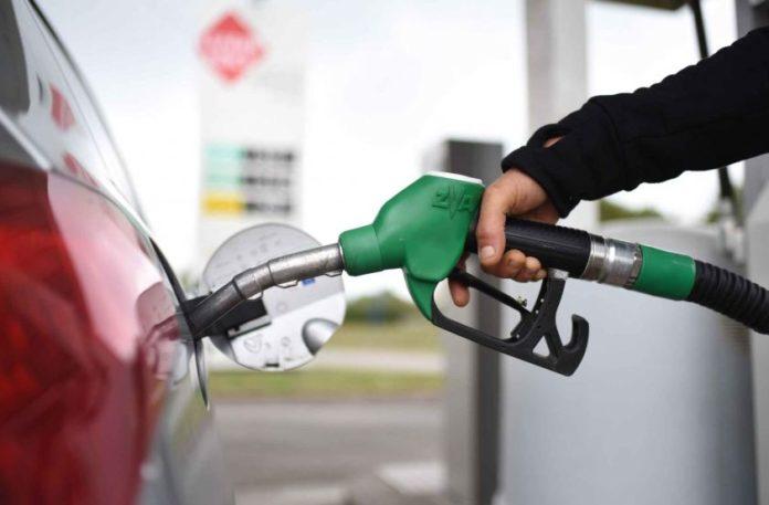 Carburanti, scende il prezzo della benzina