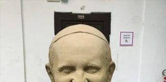 Papa Francesco conquistato dal 'presepe di sabbia' di Salerno