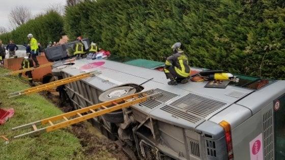 Ultime notizie di cronaca. Mantova, si ribalta bus con bambini a bordo: 28 feriti