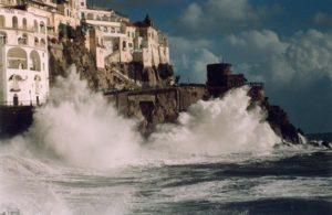 Cronaca di Salerno. Choc in Costiera, muore turista risucchiata da un'onda