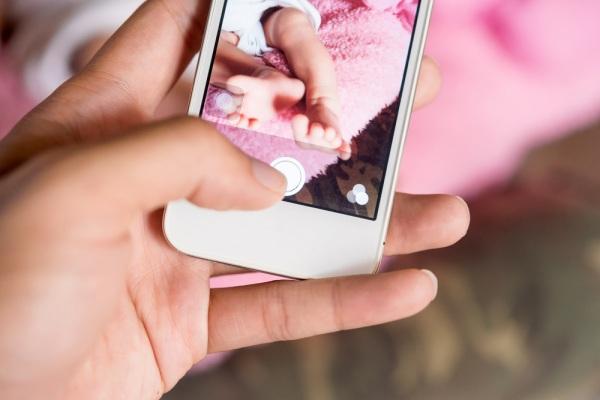 Foto sui social dei figli minorenni: 10mila euro di multa ai genitori