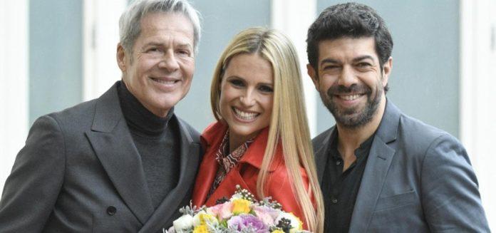 Sanremo 2018, Michelle Hunziker e Pierfrancesco Favino con Claudio Baglioni