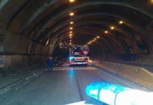 Napoli, Fuorigrotta: auto contromano nel tunnel Quattro Giornate