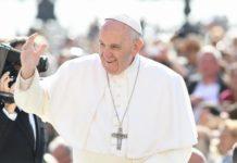 Papa Francesco in Cile, un oggetto lanciato dalla folla lo sfiora