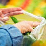 Sacchetti biodegradabili a pagamento, polemiche sul web