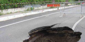 Cronaca di Napoli, Fuorigrotta: perdita d'acqua fa aprire voragine