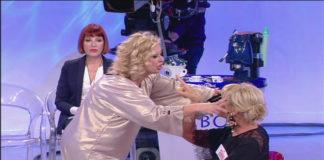 Anticipazioni Uomini e Donne, Trono Over delle prossime puntate. La dama interrompe la sua conoscenza con Raffaele. Tina accusa Gemma di essere gelosa di lei.