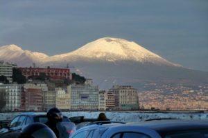 Neve a Napoli, Vesuvio imbiancato e fiocchi in tutta la città