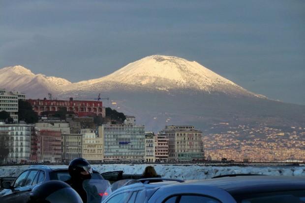 Maltempo a Napoli, forte vento e mare agitato: stop a collegamenti con le isole