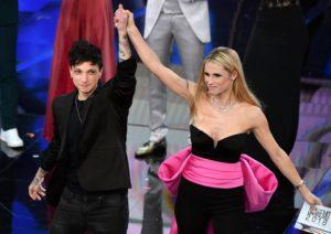 Sanremo 2018: record di ascolti per la serata dei duetti. E stasera Laura Pausini