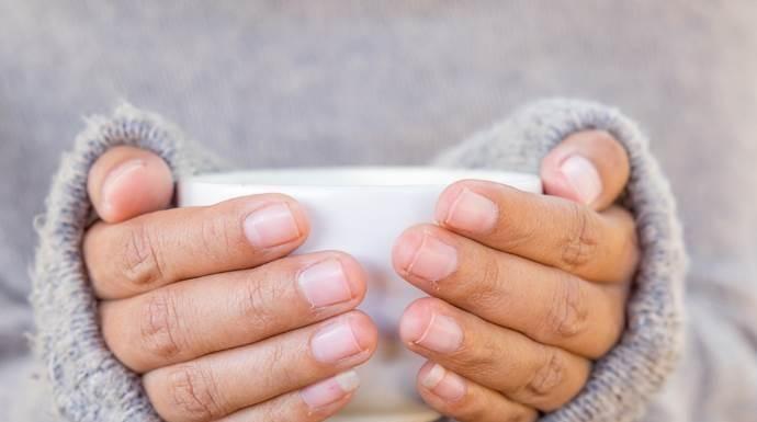 Mani fredde, uno studio rivela la causa e i rimedi