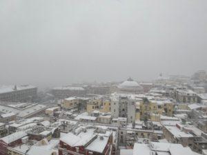 Allarme neve a Napoli, scuole e aeroporto sono chiusi