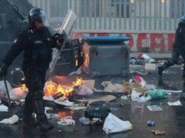 Napoli, corteo di CasaPoud: scontri con lancio di fumogeni e bombe carta