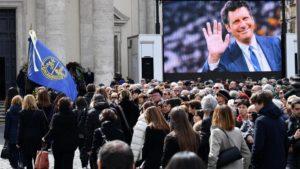 Fabrizio Frizzi, grande folla a Piazza del Popolo per i funerali