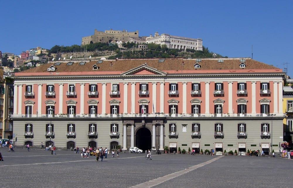 Napoli, rimossi murale e altarino dedicati a pregiudicati