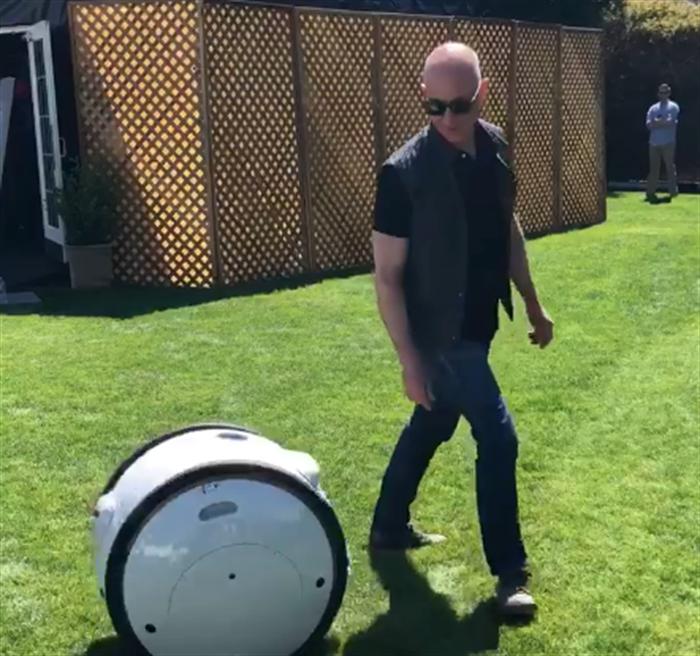 Gita, Ceo di Amazon Jeff Bezos presenta il robot testato da Piaggio