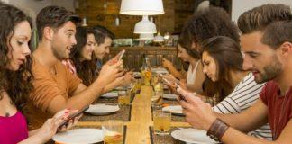 Smartphone, meno si utilizza, più si è felici: lo dice una ricerca