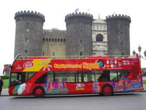 Napoli, la protesta dei tassisti per l'ok del Comune ai bus turistici in città