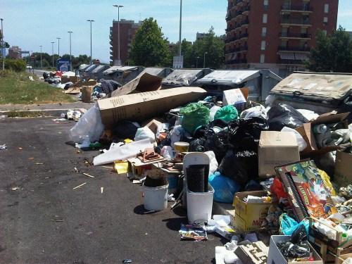 Napoli, a Ponticelli e Barra le strade sono discariche all'aperto