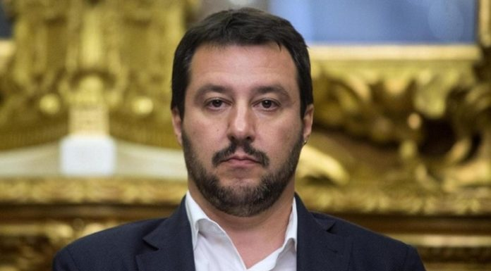 Pavia, adesivi shock: Salvini impiccato a testa in giù