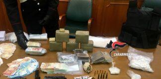 Napoli, blitz a Secondigliano: Carabinieri sequestrano soldi, armi e droga