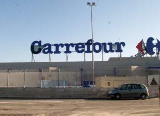 Carrefour, protesta dei lavoratori del centro commerciale