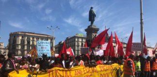 """Migranti, corteo a Napoli per chiedere diritti: cartello """"Stop Salvini"""""""