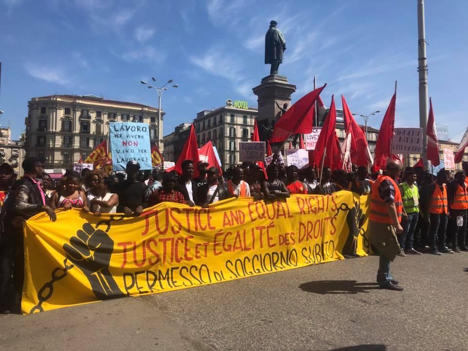 Migranti corteo a napoli per chiedere diritti cartello for Reddito per permesso di soggiorno