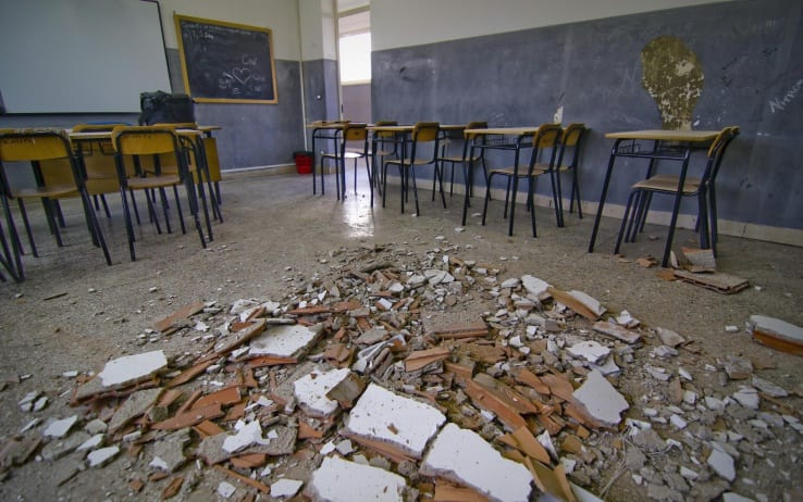 Choc in Campania, crolla solaio di una classe: quattro bimbi all'ospedale