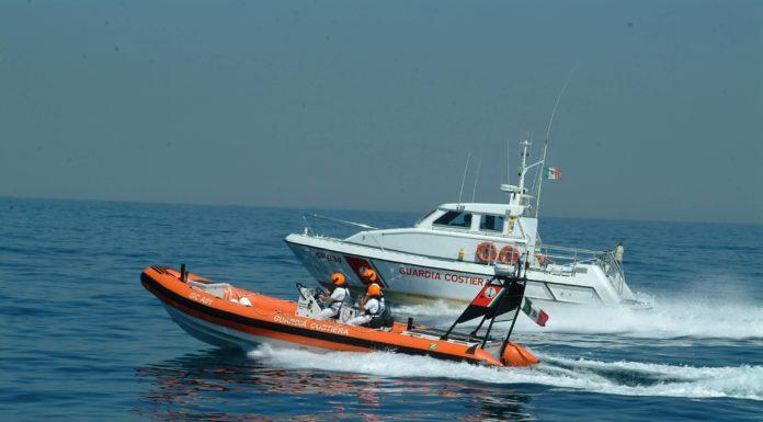 Trentaremi, incendio fa affondare una barca: salve tre persone