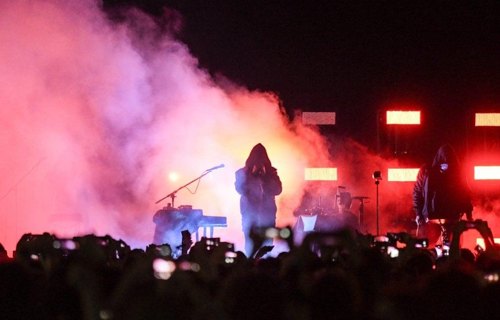 Liberato sul Lungomare, in 20mila per il concerto del cantante senza volto