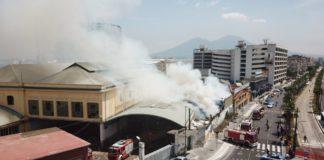 Napoli, incendio a Via Marina: a fuoco capannone che ospitava migranti