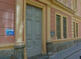 Napoli, Chiaia: scritte contro maestra all'esterno della scuola