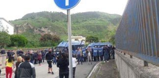 Pozzuoli, sgomberato campo container: barricate e cariche della Polizia