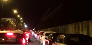 Movida a Napoli, Bagnoli: ambulanza bloccata nel traffico